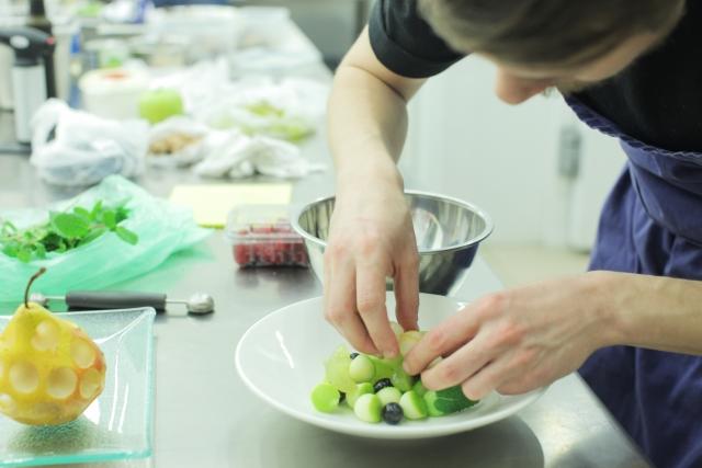 働きながら調理師になるには、どのような手段があるの?