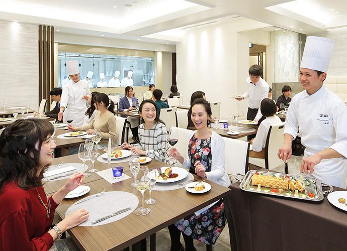 フレンチのフルコースでお客様をおもてなし。フランス料理上級科 学生レストラン